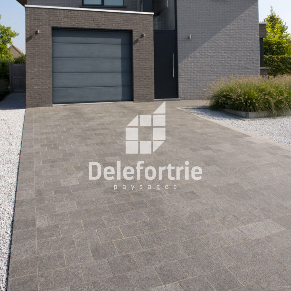Conception d 39 une all e de garage en pierre bleue asiatique for Carrelage pour allee carrossable